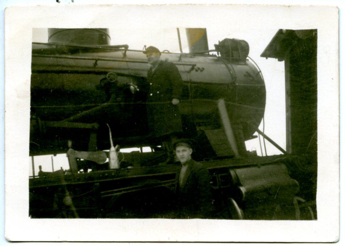 grupa_masinists_popens_arvids_uz_lokomotives_1930tie_inv_L4334.jpg