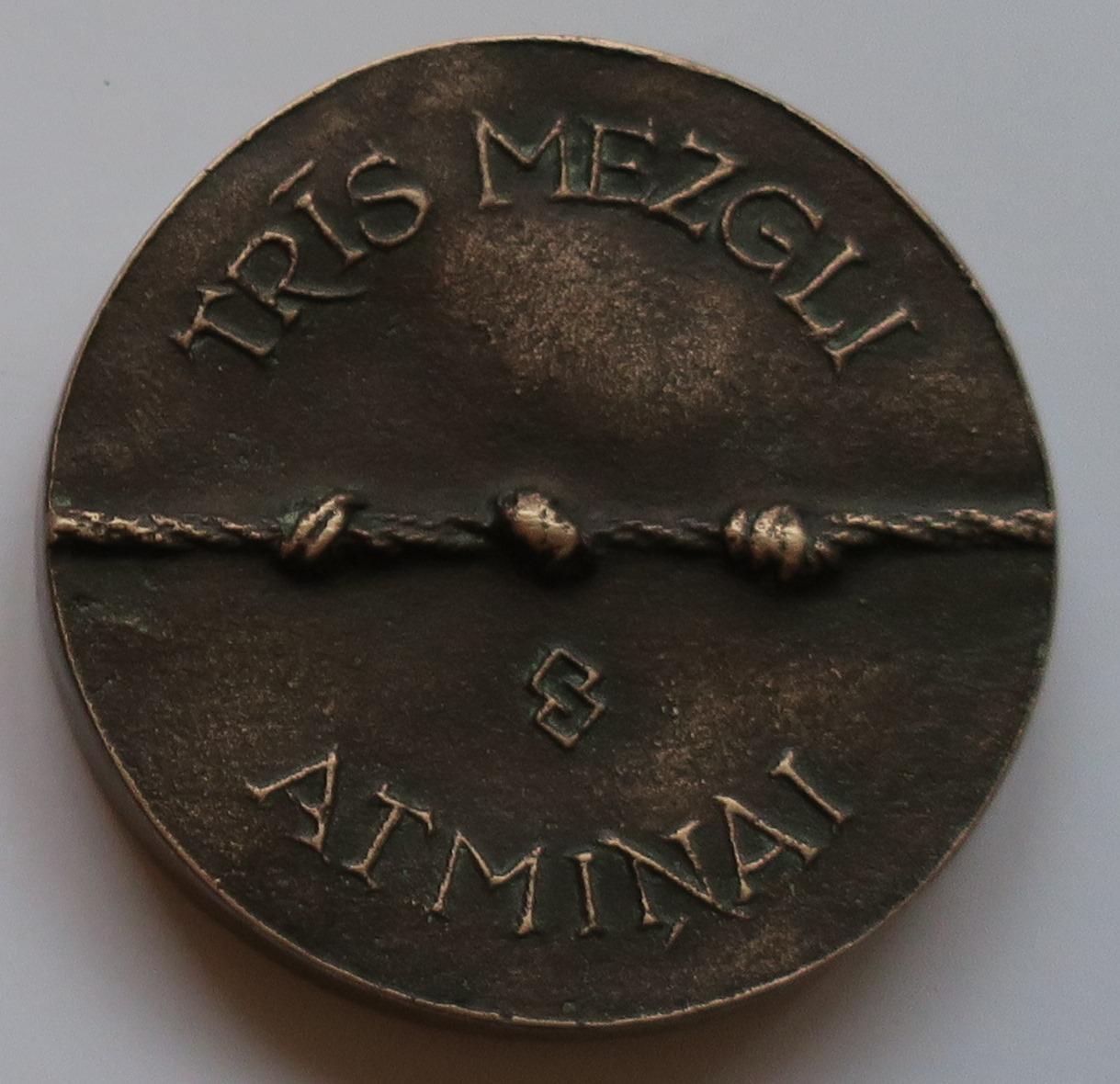 J_A_Simana_medala_Tris_mezgli_atminai.jpg